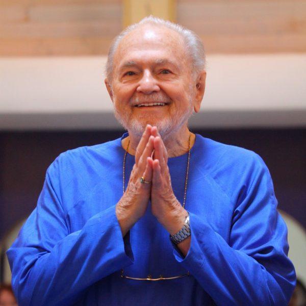 Nayaswami-Kriyananda-giving-a-pranam-1067x1600